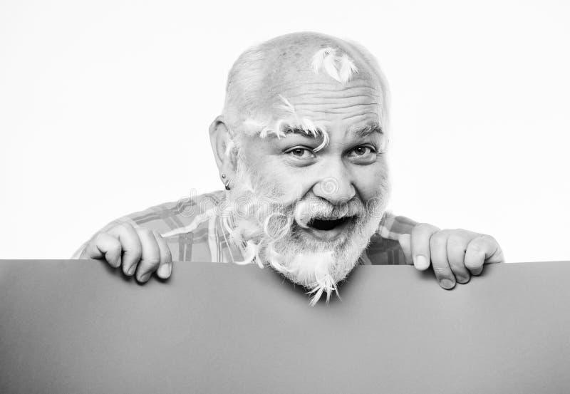 Barbershop Anúncio de lugar de homem barbudo sênior em faixa homem maduro feliz com penas cabelos grisalhos Anúncio foto de stock