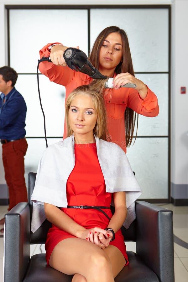 barbershop Corte de cabelo da mulher Uso do secador de cabelo foto de stock royalty free