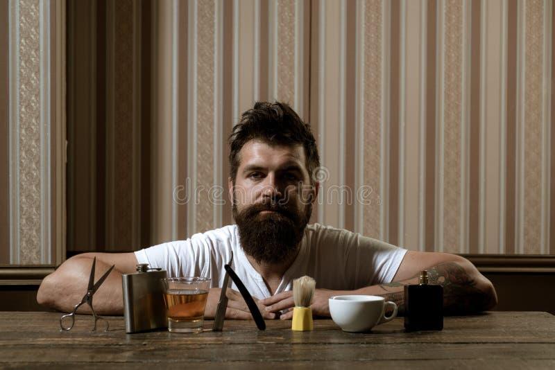 Barbershop Creme para barrar madeira Barber Homem barbudo Fazer o corte de cabelo parecer perfeito na barbearia Barber fotografia de stock