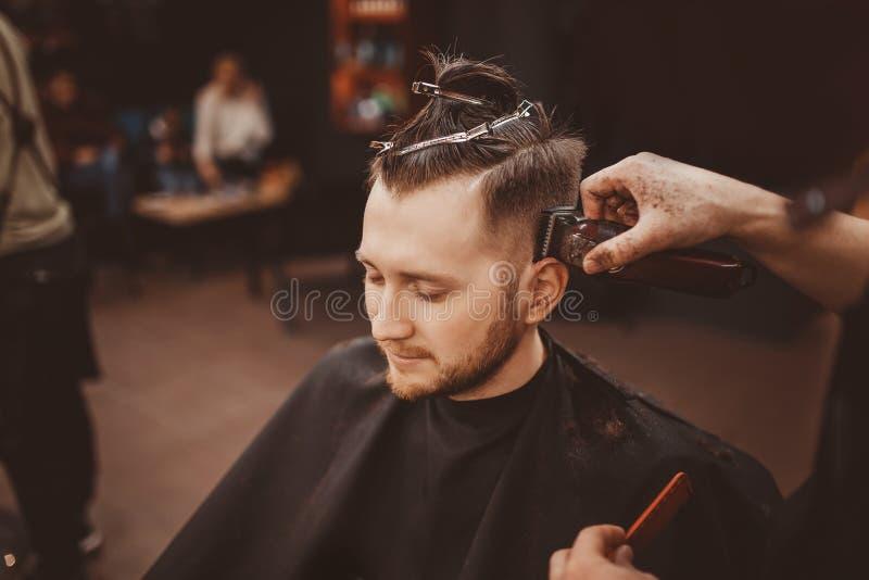 barbershop Homem com a barba na barbearia Sal?o de beleza de cabelo moderno imagem de stock royalty free