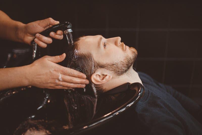 barbershop M??czyzna z brod? w fryzjera m?skiego sklepie nowoczesny salon w?os?w fotografia royalty free