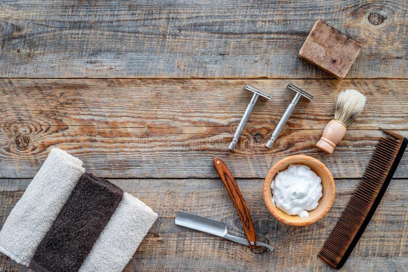 barbershop Mensen ` het scheren en het kapsel van s Borstel, scheermes, schuim op houten lijst hoogste mening als achtergrond cop stock fotografie