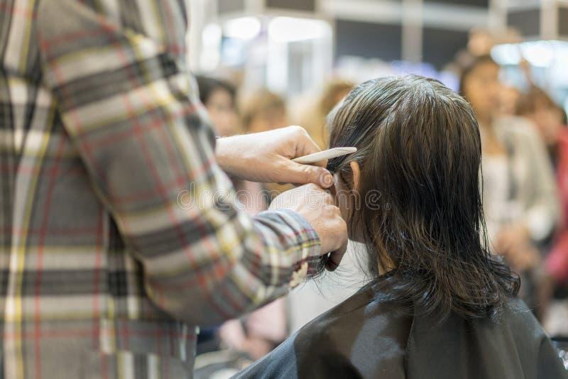 barbershop Zakończenie mężczyzna ostrzyżenie, mistrz robi włosianemu tytułowaniu w fryzjera męskiego sklepie obraz royalty free