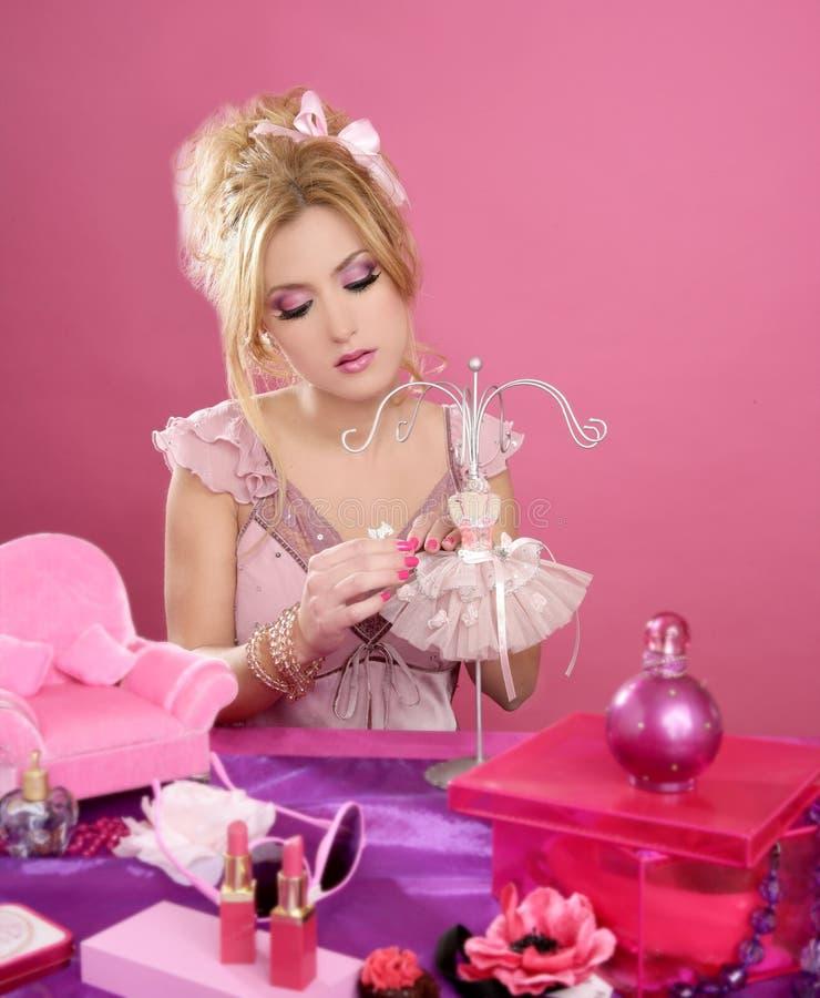 barbie ξανθή ρόδινη επιτραπέζια μ&alph στοκ εικόνες