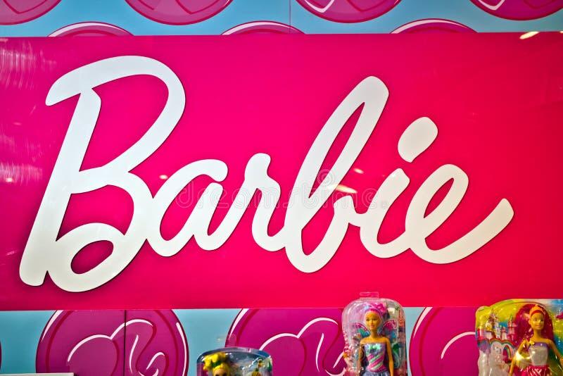 Barbie firma adentro la tienda de Hamleys Barbie es una muñeca de la moda manufacturada por la compañía americana Mattel del jugu foto de archivo libre de regalías
