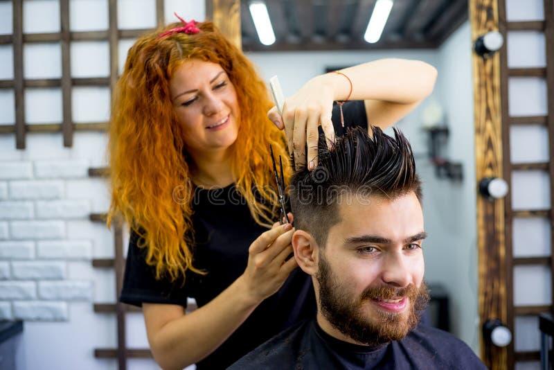 Barbiere con le forbici immagini stock