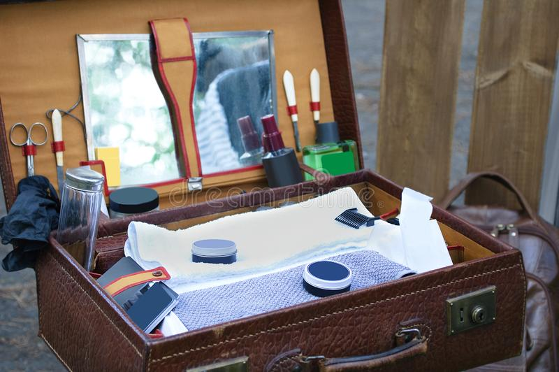Barbiere della valigia con gli strumenti fotografia stock libera da diritti