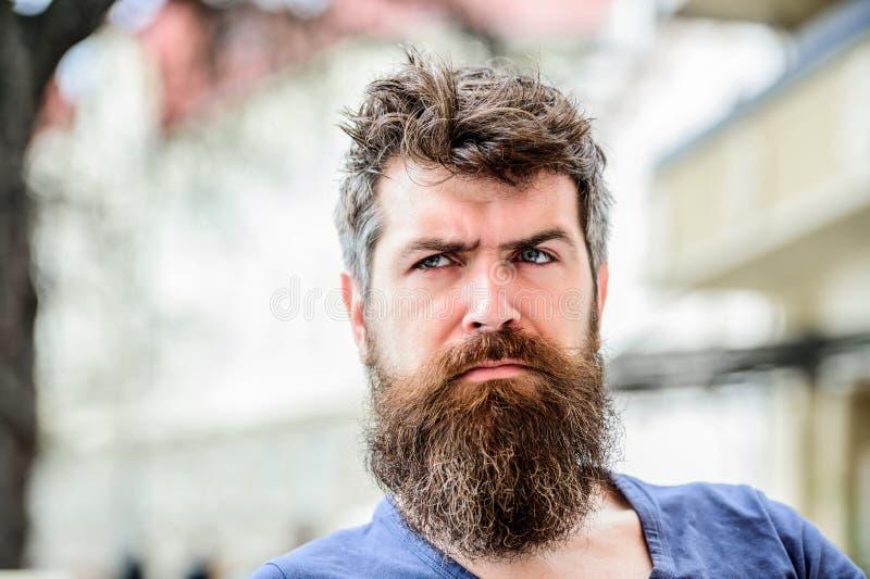 barbiere maschio brutale di bisogni Solitudine barbuta di tatto dell'uomo uomo premuroso all'aperto Cura di pelle facciale attesa immagini stock