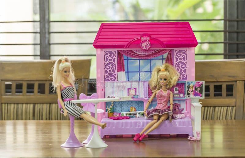 Barbies στο σπίτι κουκλών στοκ εικόνα