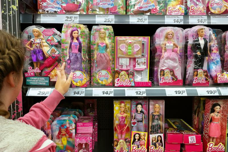 Barbies dans un toyshop images stock
