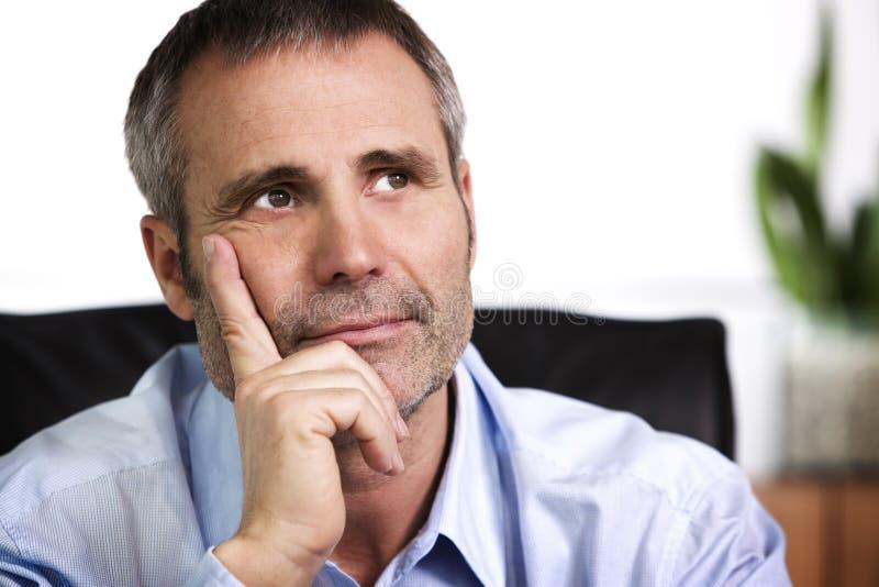 Barbilla de reclinación de la persona confidente del asunto en la mano fotos de archivo libres de regalías