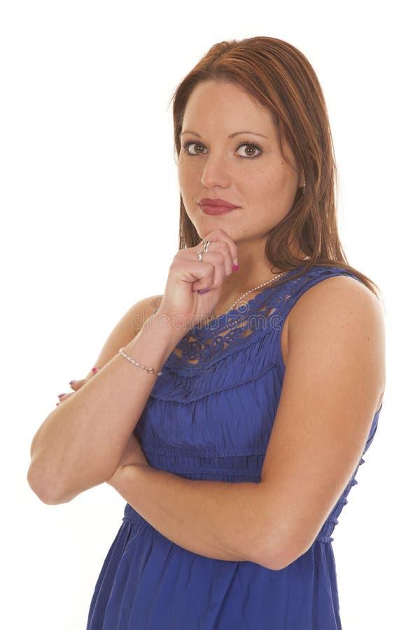 Barbilla doblada brazos azules de la mano del vestido de la mujer foto de archivo libre de regalías