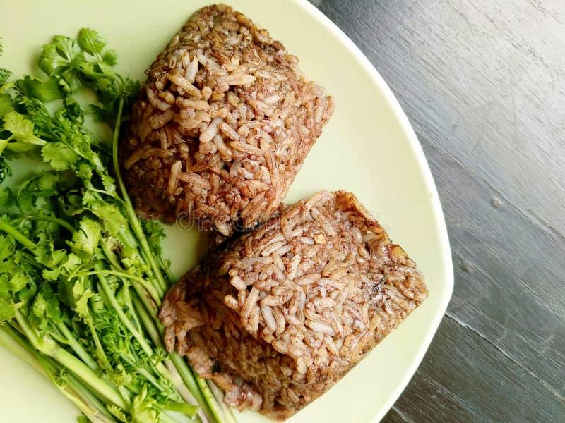Barbilla kan de Khao, comida del norte local de Tailandia del arroz que se mezcla con sangre de cerdo y se cuece al vapor dentro  foto de archivo libre de regalías