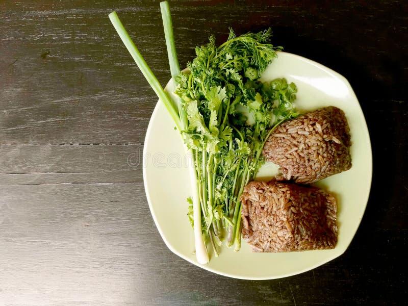 Barbilla kan de Khao, comida del norte local de Tailandia del arroz que se mezcla con sangre de cerdo y se cuece al vapor dentro  imagenes de archivo