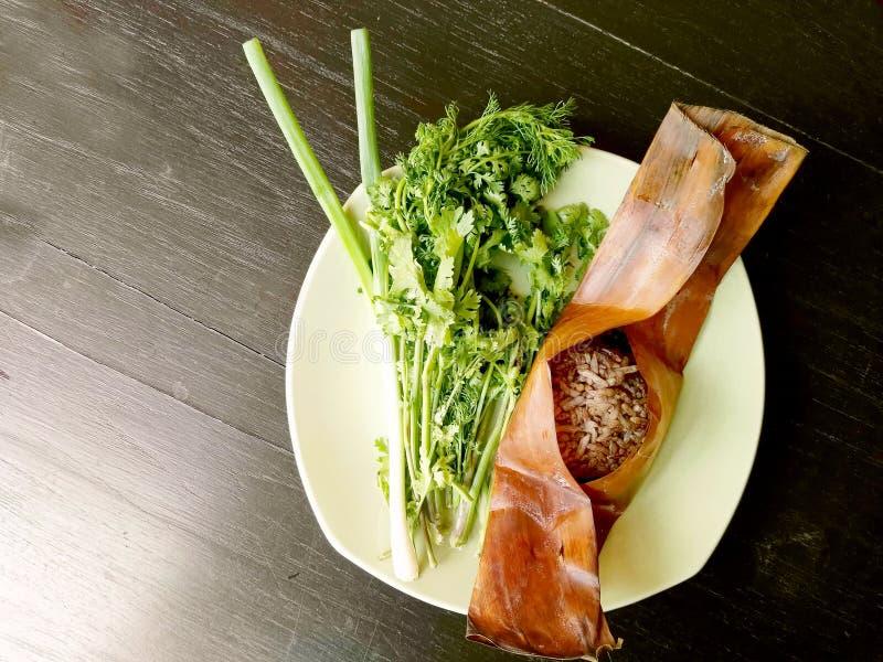 Barbilla kan de Khao, comida del norte local de Tailandia del arroz que se mezcla con sangre de cerdo y se cuece al vapor dentro  imagen de archivo
