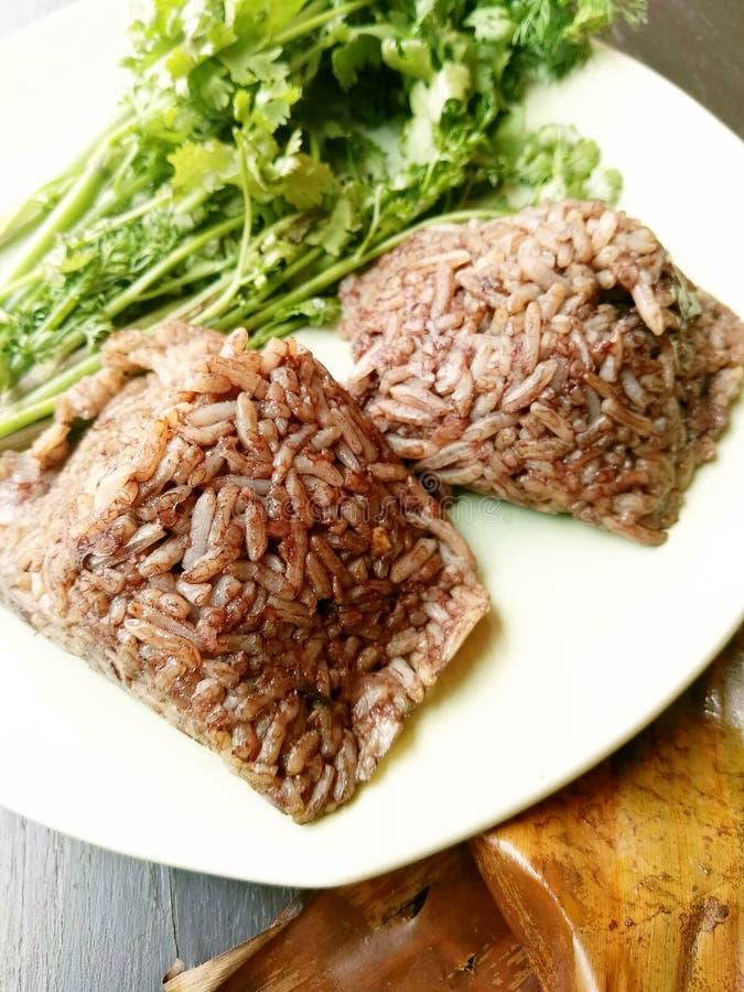 Barbilla kan de Khao, comida del norte local de Tailandia del arroz que se mezcla con sangre de cerdo y se cuece al vapor dentro  fotos de archivo