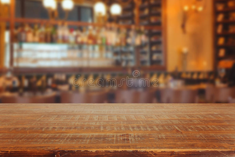 Barbinnenland met retro houten lijst stock fotografie