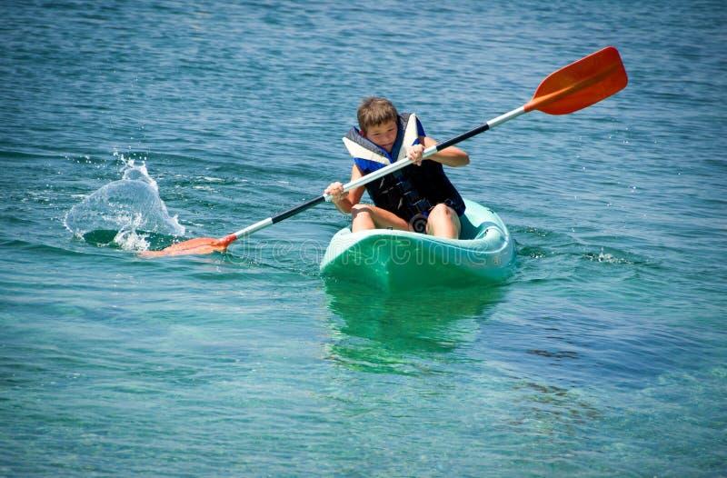 Barbotage dur du kayak images libres de droits