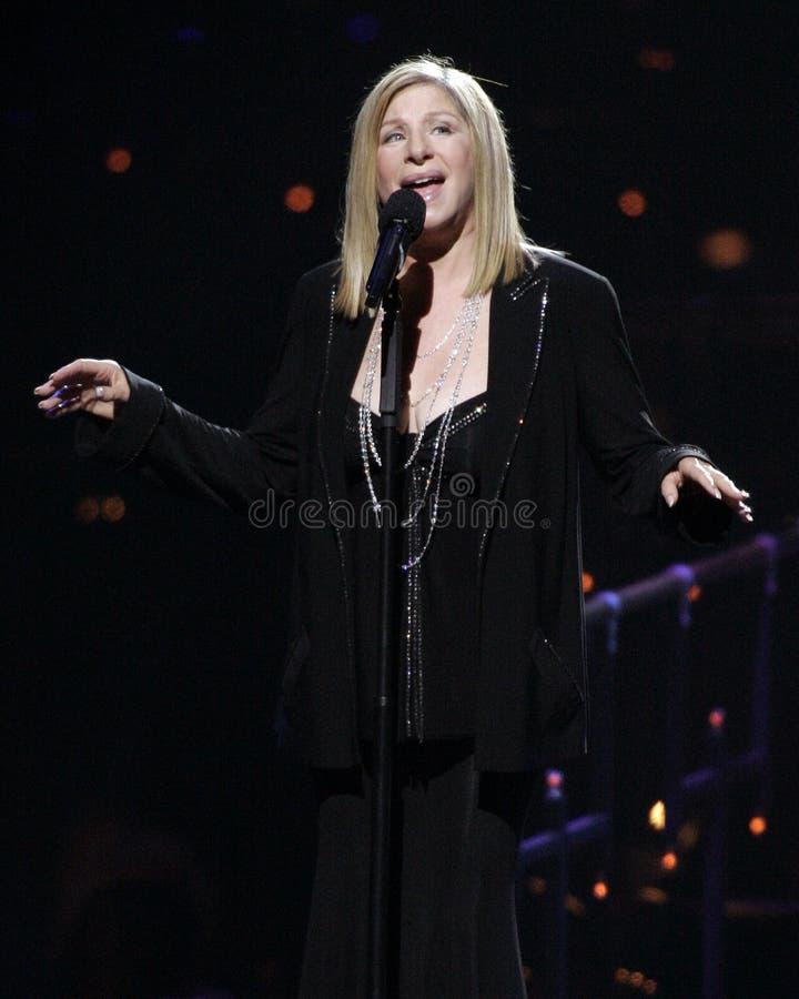 Barbra Streisand führt im Konzert durch stockfotos