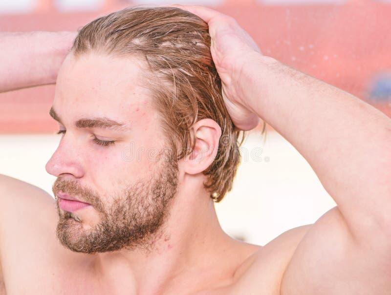 Barbudo hermoso del hombre apenas despertar Cuidado machista del aspecto atractivo sobre belleza Rutina esencial de la belleza de imágenes de archivo libres de regalías