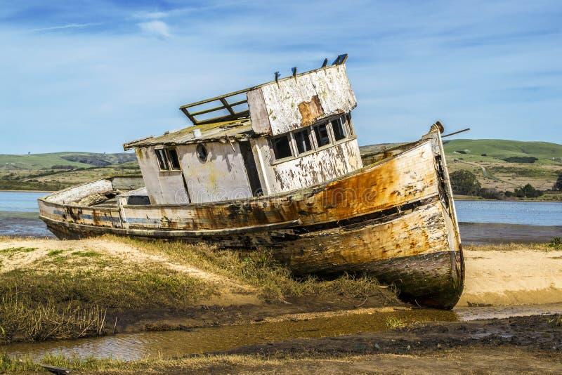 Barca abbandonata in California del Nord immagine stock