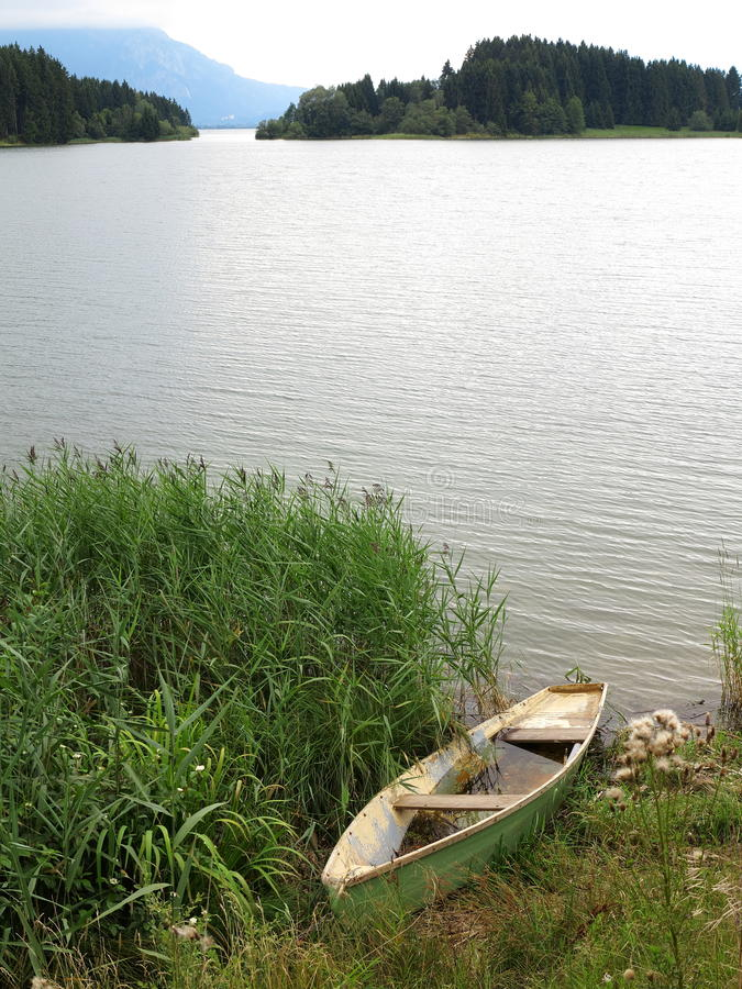 Barca abbandonata nel lago fotografia stock