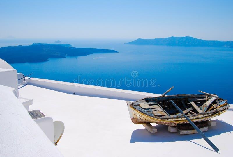Barca abbandonata in Santorini, isole greche immagine stock libera da diritti