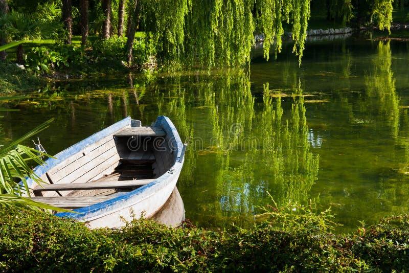 Barca abbandonata sul lago fotografia stock