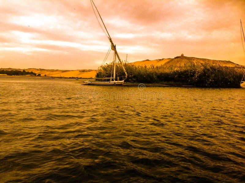 Barca in acqua immagini stock