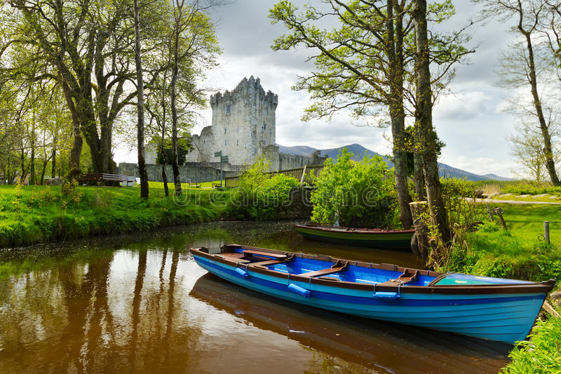 Barca al castello del Ross in Co. Kerry fotografia stock libera da diritti