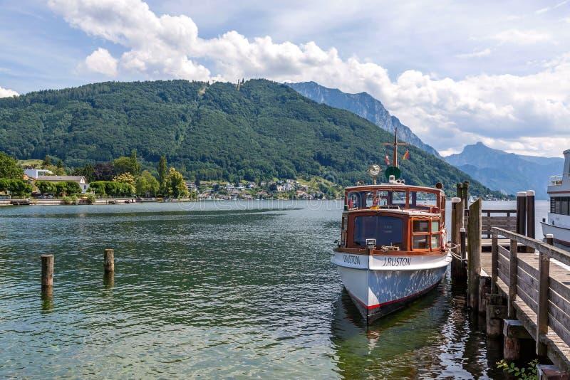 Barca al molo del lago Traunsee fotografia stock