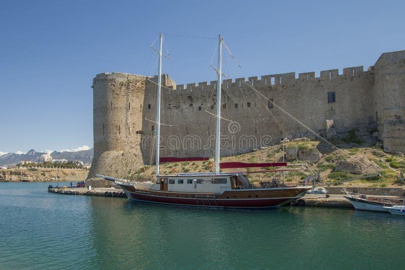 Barca alla fortezza di Kyrenia fotografie stock libere da diritti