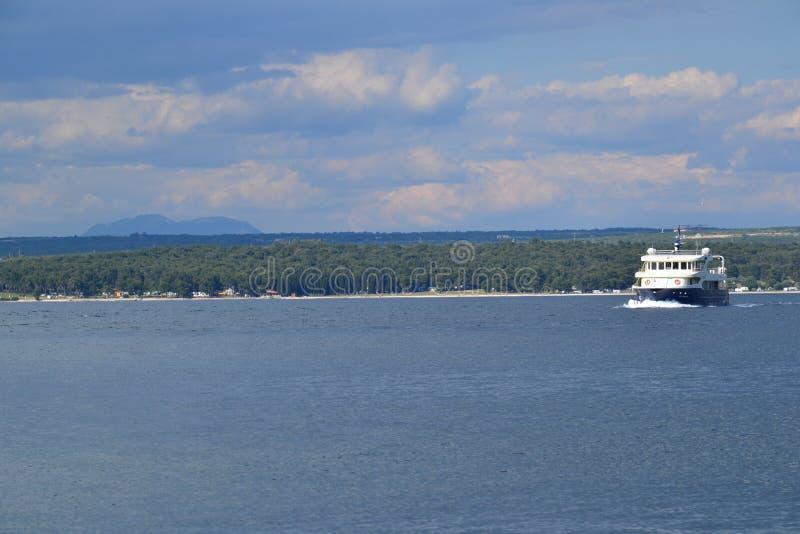 Barca alle isole di Brijuni, Croazia fotografia stock