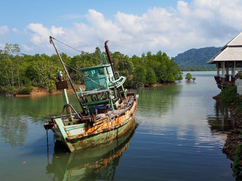 Barca arrugginita in Koh Chang immagine stock