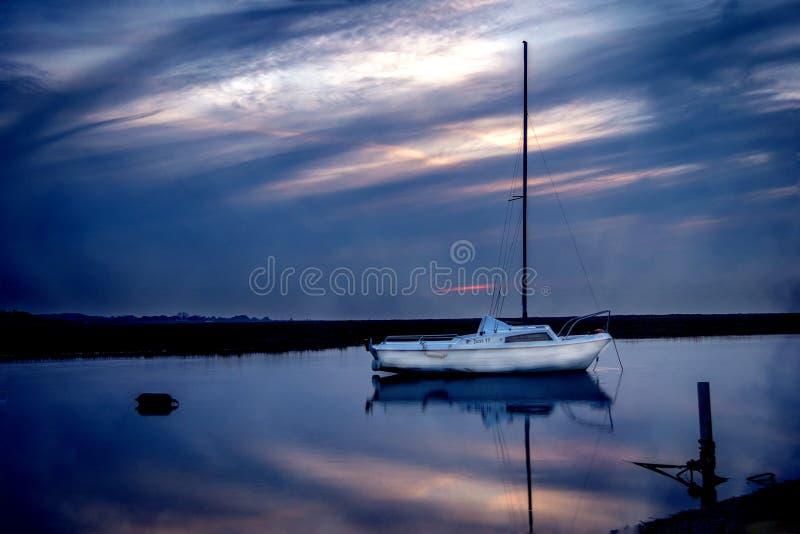 Barca bianca al crepuscolo astratta fotografia stock