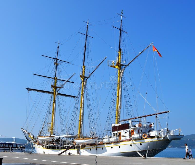 Barca bianca attraccata - Teodo fotografia stock