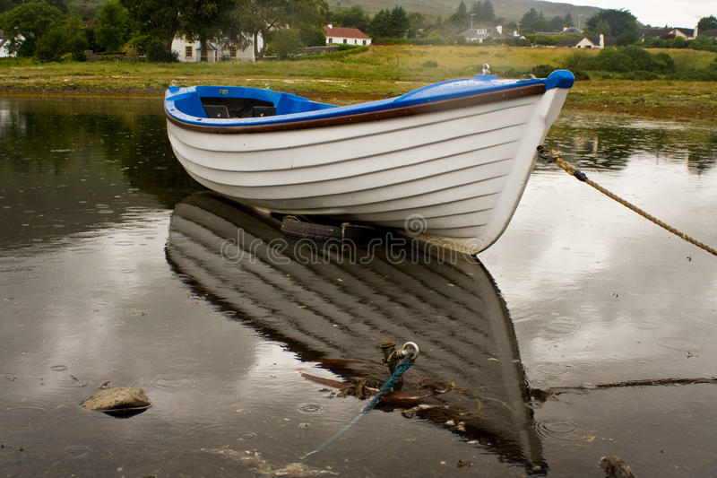 Barca bianca durante il giorno piovoso immagine stock