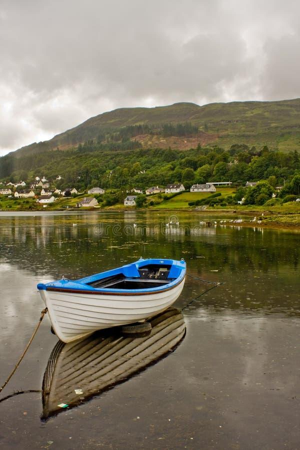 Barca bianca durante il giorno piovoso fotografia stock libera da diritti