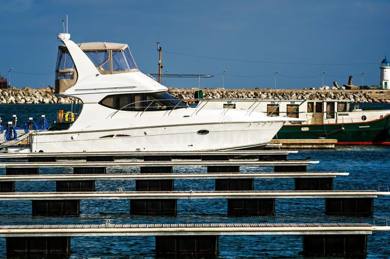 Download Barca Bianca Messa In Bacino In Porto Marittimo Immagine Stock - Immagine di nearsighted, libertà: 30831651