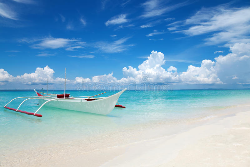Barca bianca su una spiaggia tropicale fotografie stock libere da diritti