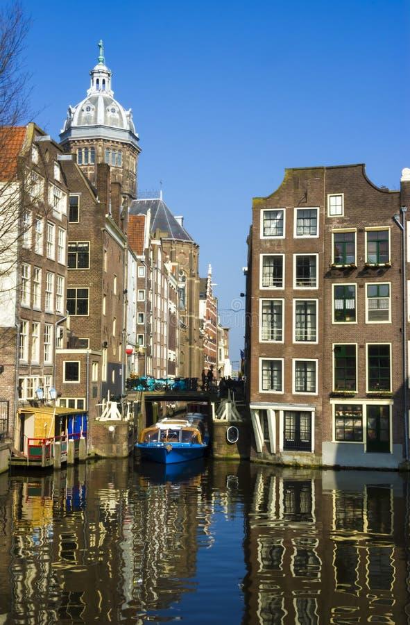 Barca blu sul canale a Amsterdam Architettura tipica di Amsterdam immagini stock