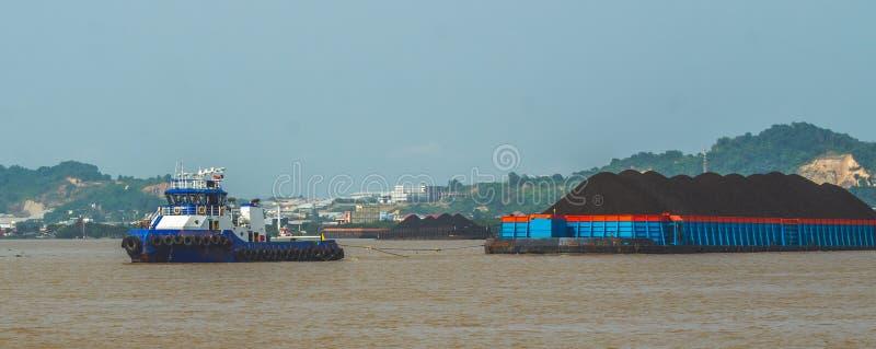 Barca carregada pesada da tração do rebocador do carvão foto de stock royalty free