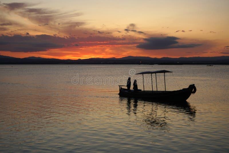 Barca che arriva a casa fotografia stock