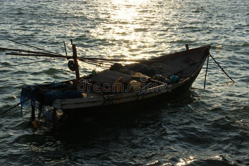 Barca che galleggia nel mare fotografia stock