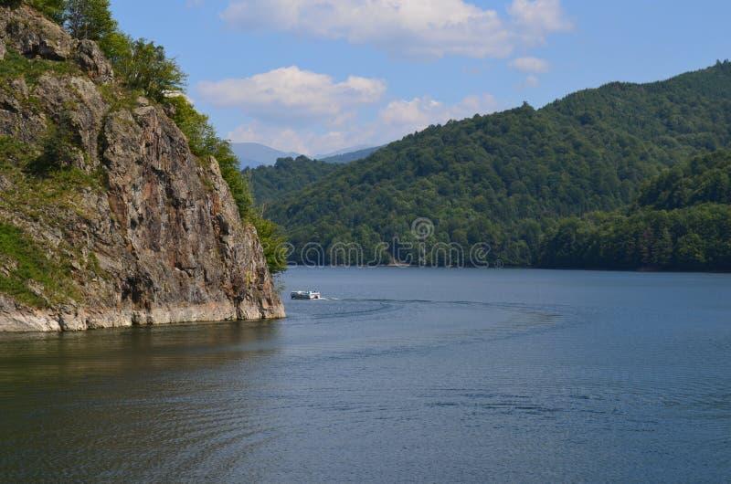 Barca che galleggia sul lago fotografie stock