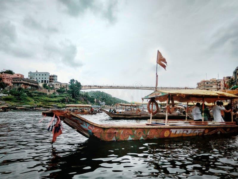 Barca che prende i pellegrini ad un altro lato del fiume fotografie stock libere da diritti