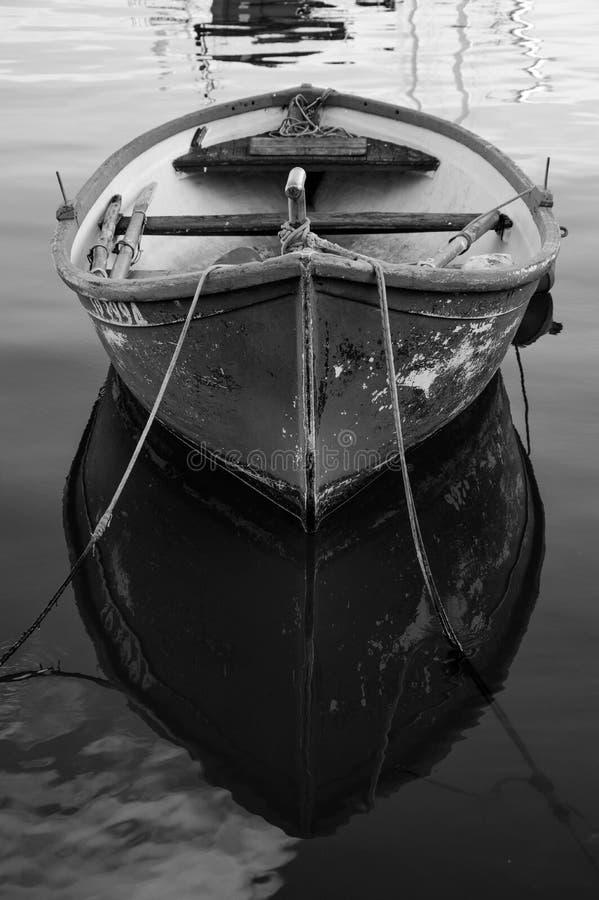 Barca che riflette nel mare Liguria fotografia stock libera da diritti