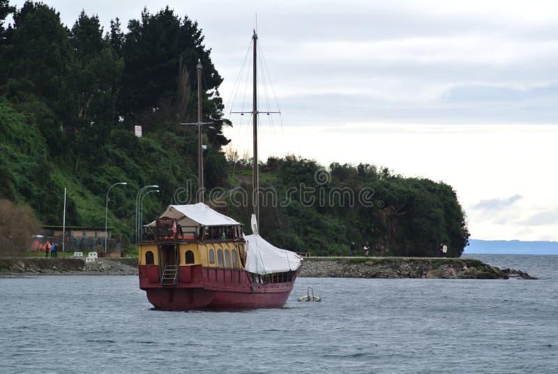 Barca che riposa a Puerto Varas, Cile fotografia stock libera da diritti