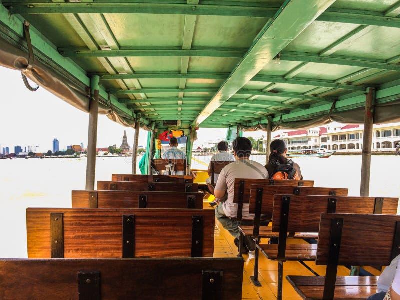 Barca che scende un fiume immagini stock libere da diritti