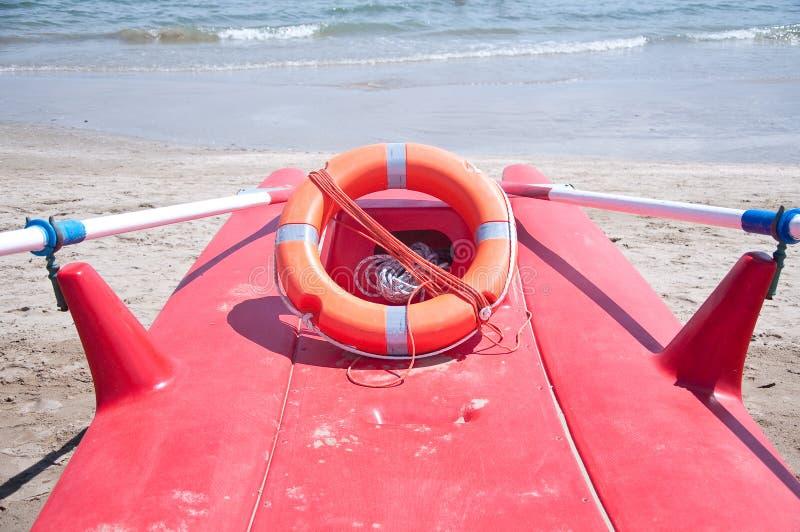 Barca che serve a conservare la gente che annega in mare fotografie stock